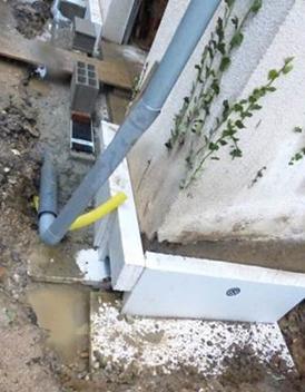 L'isolation périmétrique de la dalle en cours d'installation