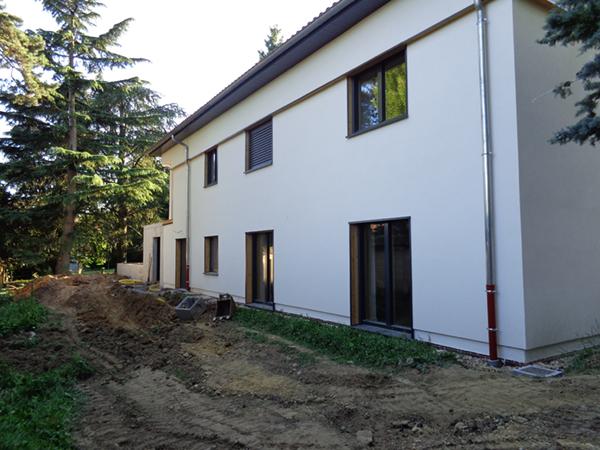 Vue d'une des façades terminées de la maison